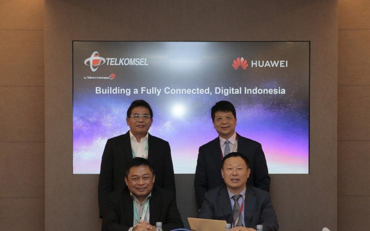 L-R: standing - Alex J Sinaga (PT Telkom Group); Guo Ping (Huawei) - sitting - Ririek Adriansyah (PT Telkomsel) and Jeffrey Liu (Huawei)
