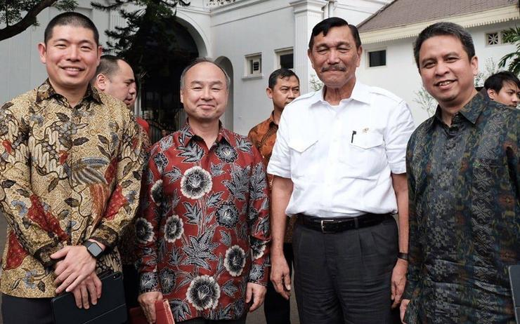 L-R: Anthony Tan (Grab); Masayoshi Son (SoftBank Group) Luhut Binsar Panjaitan (Indonesian Government) and Ridzki Kramadibrata (Grab Indonesia) outside the Merdeka Palace in Jakarta