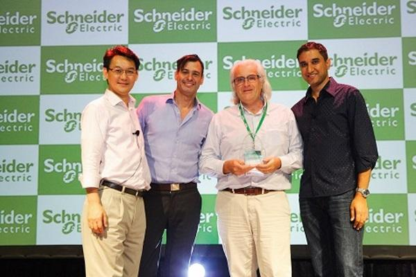 DPSA picking up the 2013 distributor of the year award from APC by Schneider Electric