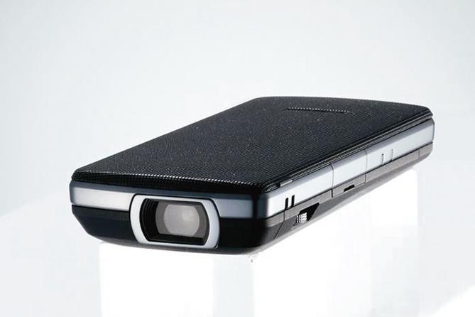 Fujitsu F-04B mobile phone
