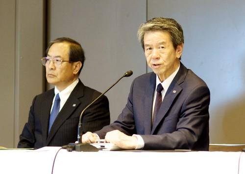 Toshiba CEO and President Hisao Tanaka (right) addresses a press conference July 21, 2015, in Tokyo at which he resigned over an accounting scandal. Chairman Masashi Muromachi (left) will replace him.