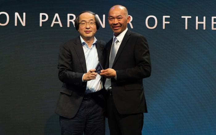 A representative from CDM (right) received the award for education partner of the year from Eric Chen, Asus corporate vice president, system BG.