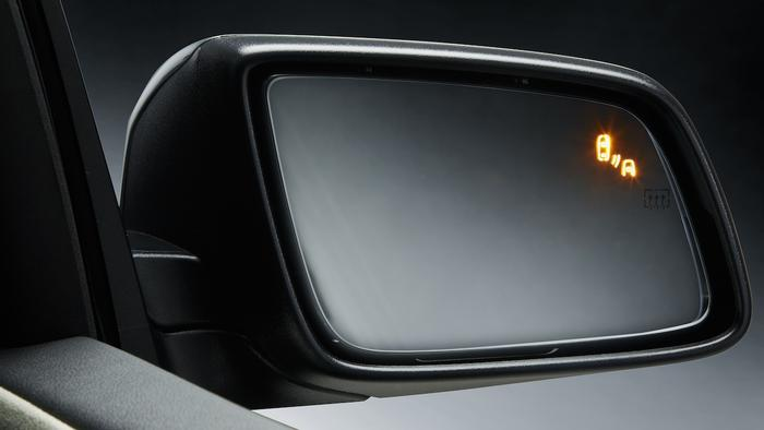 An alert is displayed on the glass of the door mirror when a car moves out of the driver's vision.